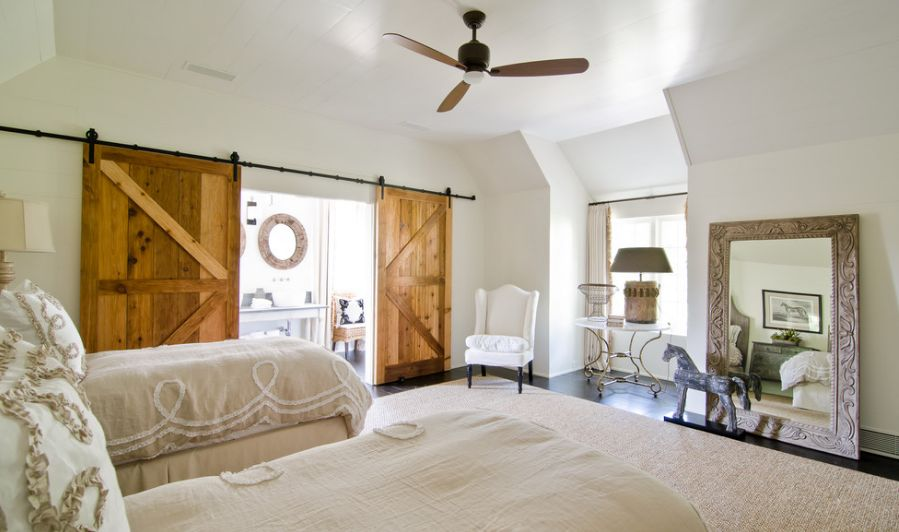 Bedroom for two witth eye cathing barn doors